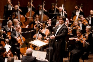 Alan Gilbert conducts the New York Philharmonic. Photo Chris Lee.