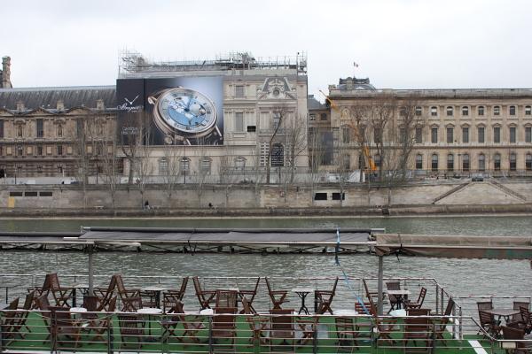 Mais qu'est-ce que c'est devant le Louvre?