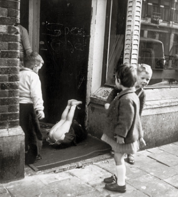 Eva Besnyö, Borgerstraat,1960 gelatin-silver print, 22,8 x 19,8 cm. Collection Iara Brusse, Amsterdam. © Eva Besnyö / Maria Austria Instituut Amsterdam
